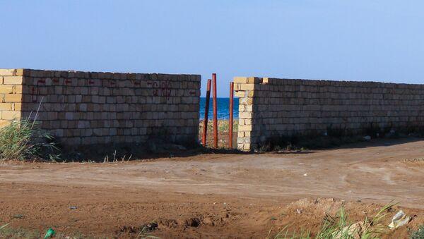 Огражденная забором территория на берегу моря - Sputnik Азербайджан