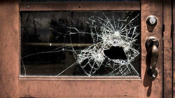 Разбитое стекло двери, фото из архива - Sputnik Азербайджан