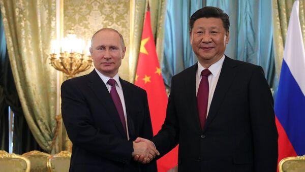 Президент РФ Владимир Путин и председатель Китайской Народной Республики (КНР) Си Цзиньпин во время встречи - Sputnik Азербайджан