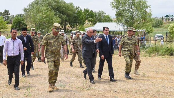 Военные атташе зарубежных государства и официальные лица Азербайджана в селе Алханлы - Sputnik Azərbaycan