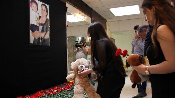 Люди несут цветы и игрушки к портрету Захры и ее бабушки Сахибы Гулиевой - Sputnik Azərbaycan