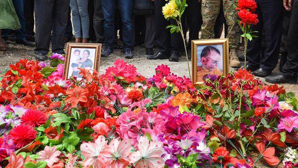 Могилы убитых армянскими ВС Сахибы Гулиевой и ее двухлетней внучки Захры - Sputnik Азербайджан