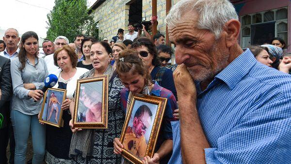 Жители села на церемонии поминовения убитых в селе Алханлы Сахибы Гулиевой и ее двухлетней внучки Захры - Sputnik Azərbaycan