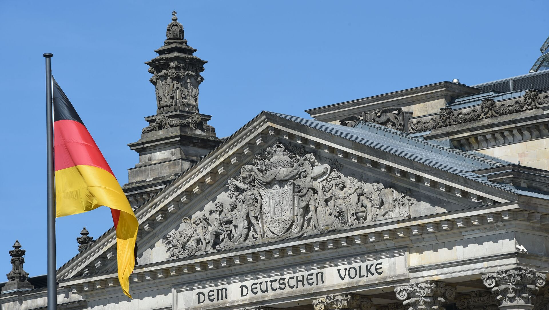 Флаг Германии перед зданием Бундестага в Берлине, фото из архива - Sputnik Azərbaycan, 1920, 26.09.2021