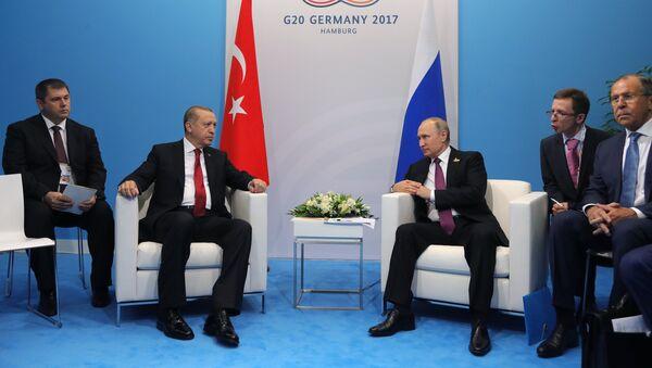Президент РФ Владимир Путин и президент Турции Реджеп Тайип Эрдоган во время беседы на полях саммита лидеров Группы двадцати G20 в Гамбурге, 8 июля 2017 года - Sputnik Азербайджан