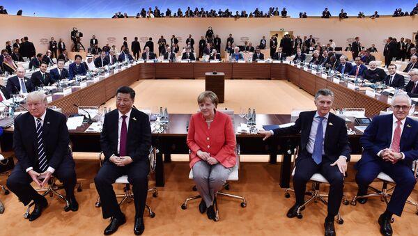 Президент США Дональд Трамп, президент Китая Си Цзиньпин, канцлер Германии Ангела Меркель, президент Аргентины Маурисио Макри и премьер-министр Австралии Малкольм Тернбулл перед первой рабочей сессией G20 в Гамбурге, Германия, 7 июля 2017 года - Sputnik Азербайджан