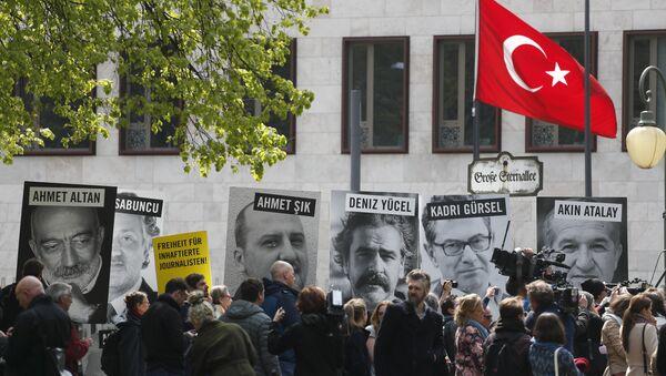 Amnesty International  və Sərhədsiz Reportyorlar təşkilatlarının fəalları Berlindəki Türkiyə səfirliyinin qarşısında etiraz aksiyası keçirərkən, 3 may 2017-ci il - Sputnik Azərbaycan