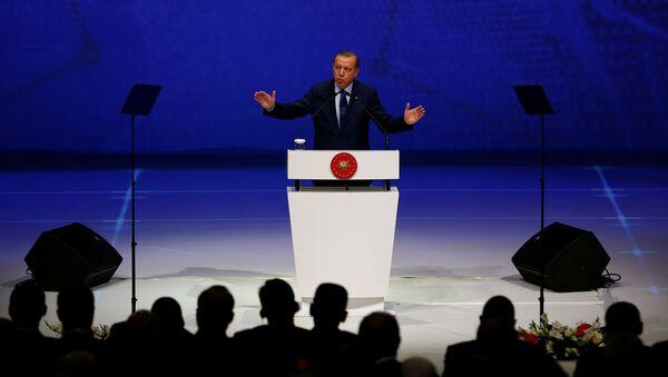 Президент Турции Реджеп Тайип Эрдоган во время выступления на 22-м Всемирном нефтяном конгрессе в Стамбуле - Sputnik Азербайджан