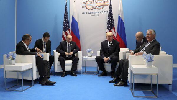 Президент РФ Владимир Путин и президент США Дональд Трамп во время беседы на полях саммита лидеров Группы двадцати G20 в Гамбурге - Sputnik Азербайджан