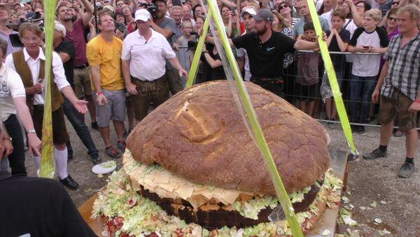 Самый большой в мире гамбургер - Sputnik Азербайджан
