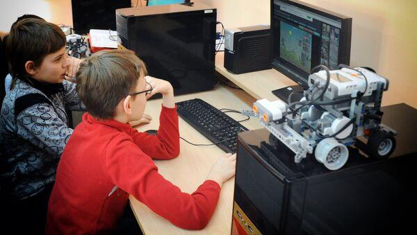Дети сидят за компьютером - Sputnik Азербайджан