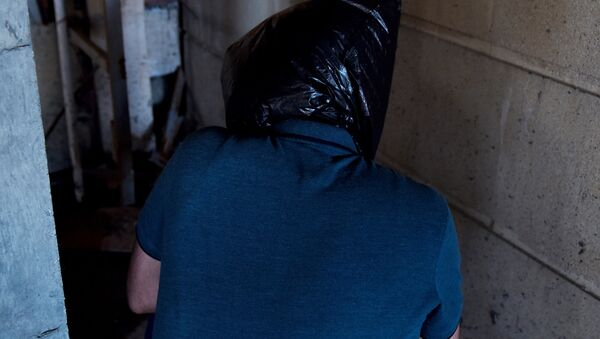 Человек с мешком на голове, фото из архива - Sputnik Azərbaycan