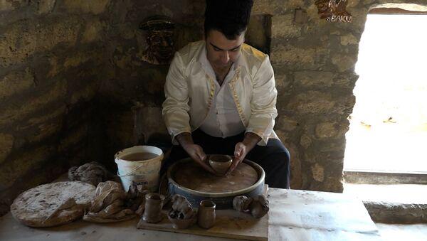 Легким движением руки галинский мастер превращает комок глины в шедевр - Sputnik Азербайджан