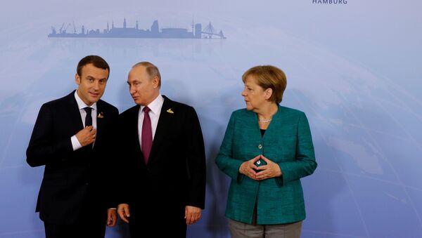 Президент Франции Эммануэль Макрон, президент России Владимир Путин и канцлер Германии Ангела Меркель - Sputnik Азербайджан