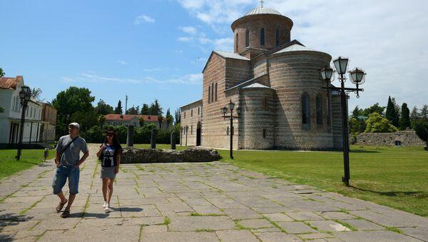 Туристы возле Пицундского храма Божьей Матери в Абхазии, фото из архива - Sputnik Азербайджан