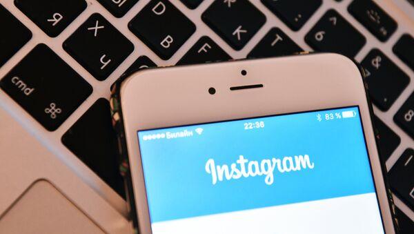 Страница социальной сети Instagram на экране смартфона - Sputnik Азербайджан