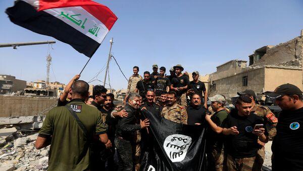 Бойцы Контртеррористической службы Ирака в Старом городе в Мосуле, 9 июля 2017 года - Sputnik Азербайджан