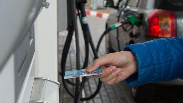 Мужчина расплачивается кредитной картой на автозаправочной станции - Sputnik Азербайджан