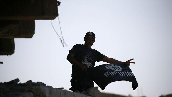 Мужчина с флагом ИГ, фото из архива - Sputnik Азербайджан