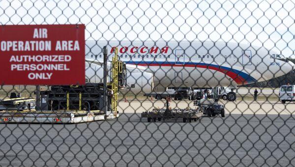 Российский самолет в Вашингтонском аэропорту имени Даллеса, 31 декабря 2016 года - Sputnik Азербайджан