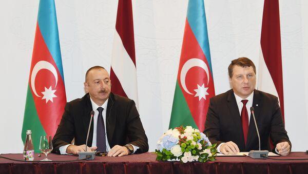 Ильхам Алиев и Раймондс Вейонис во время заявления для печати президентов Латвии и Азербайджана, Рига, 17 июля 2017 года - Sputnik Азербайджан