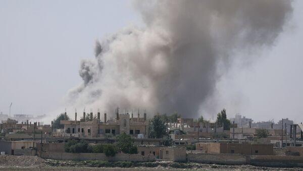 Дым над районом Аль-Мишлаб на юго-восточной окраине Ракки, Сирия - Sputnik Azərbaycan