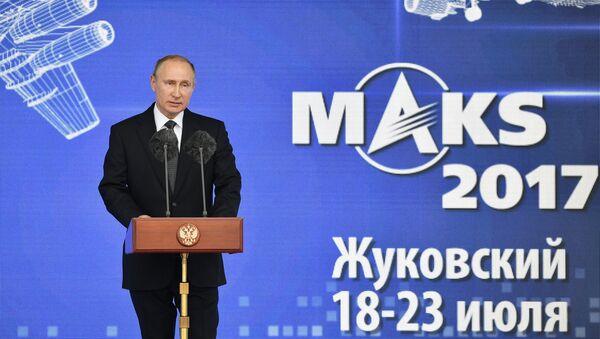 Президент РФ Владимир Путин выступает на церемонии открытия XIII Международного авиационно-космического салона МАКС-2017 в подмосковном Жуковском, 18 июля 2017 года - Sputnik Азербайджан