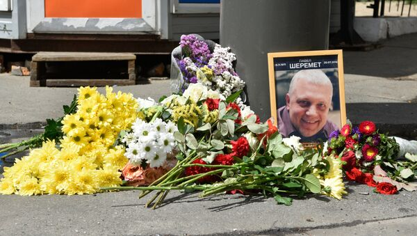 Цветы и свечи на месте гибели журналиста Павла Шеремета в Киеве - Sputnik Азербайджан