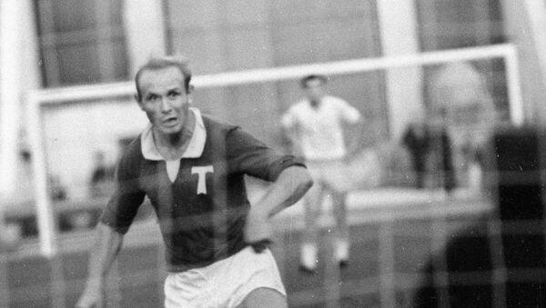 Центральный нападающий Торпедо (Москва) Эдуард Стрельцов во время футбольного матча, 1 июня 1965 года - Sputnik Азербайджан