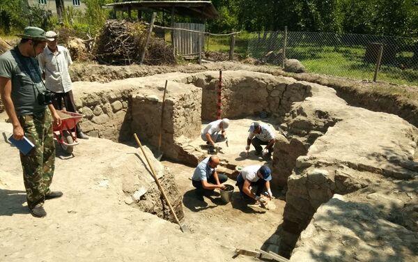 Ученые проводят исследования на территории. - Sputnik Азербайджан