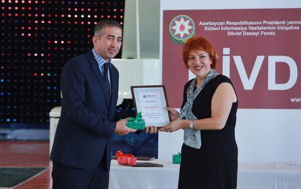 Вручение диплома победителю конкурса. - Sputnik Азербайджан