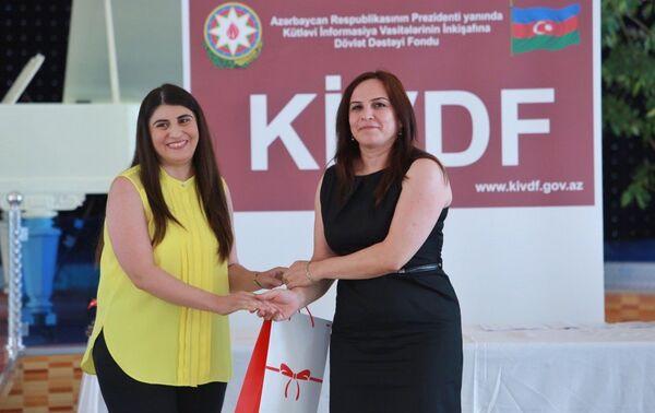 Вручение диплома победительнице конкурса. - Sputnik Азербайджан