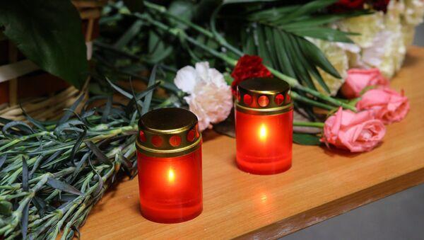 Цветы и свечи, архивное фото - Sputnik Азербайджан