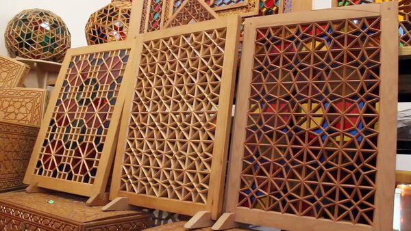 Шебеке (сетка) представляет собой сетчатые узоры из цветных стекол и деревянных брусков - Sputnik Азербайджан