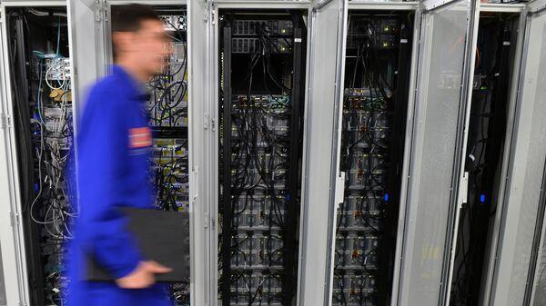 Data-mərkəzin işçisi, arxiv şəkli - Sputnik Azərbaycan