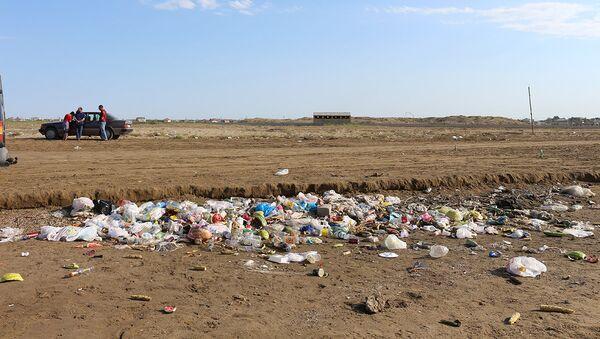 Мусор на одном из абшеронских пляжей, фото из архива - Sputnik Азербайджан