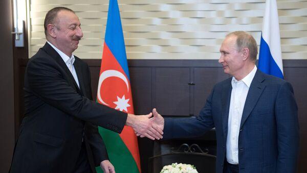 Президент РФ Владимир Путин и президент Азербайджана Ильхам Алиев (слева) во время встречи, фото из архива - Sputnik Азербайджан