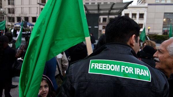 Надпись на спине мужчины Свобода для Ирана - Sputnik Азербайджан