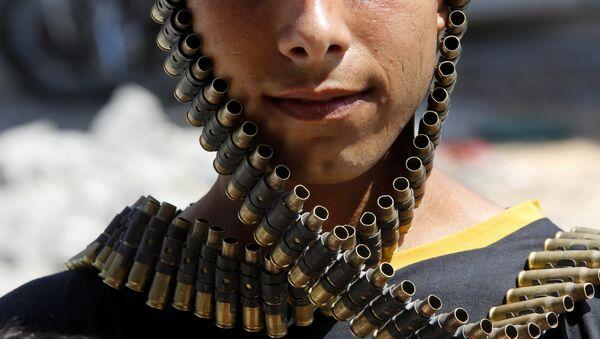 Молодой палестинец в бандольере с пулями, принадлежащий израильской армии, Газа 11 августа 2014 года, фото из архива - Sputnik Азербайджан