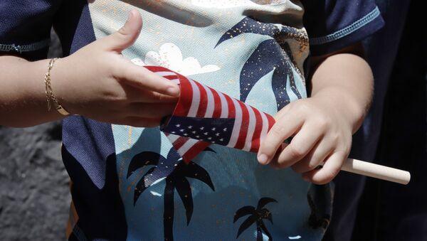 Ребенок с флагом США, фото из архива - Sputnik Азербайджан