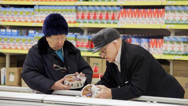 Покупатели выбирают мороженое у прилавка маркета, фото из архива - Sputnik Азербайджан