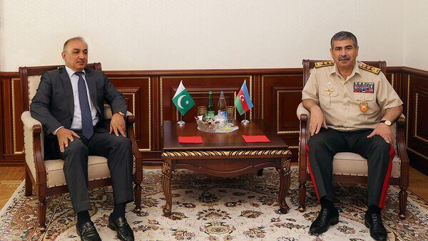Министр обороны встретился с послом Пакистана в Азербайджане - Sputnik Азербайджан