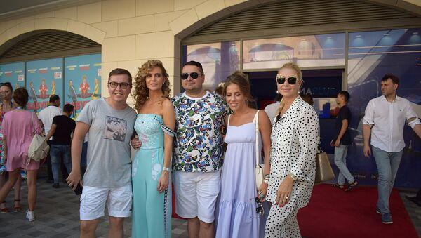 Известные российские звезды приняли участие в состоявшемся в Сinemaplus закрытом показе самой ожидаемой кинокомедии Бабушка легкого поведения - Sputnik Азербайджан