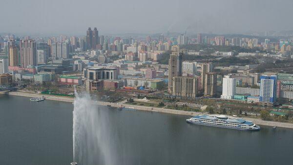 Вид на Пхеньян со смотровой площадки монумента идей Чучхе. - Sputnik Азербайджан