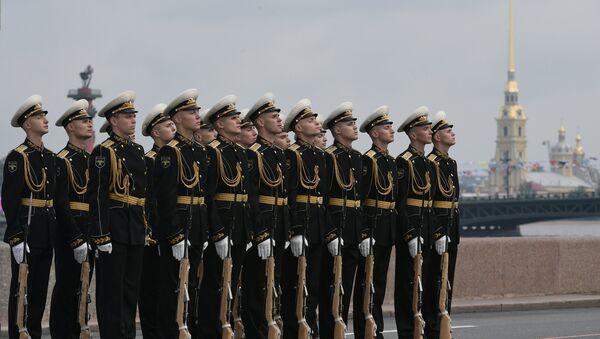 Военнослужащие во время главного военно-морского парада в честь Дня Военно-Морского Флота России в Санкт-Петербурге - Sputnik Азербайджан