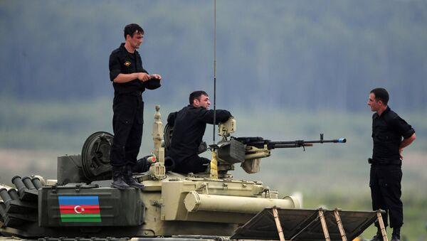 Экипаж танка Т-72 команды Азербайджана во время соревнований по танковому биатлону в рамках Армейских международных играх АрМИ-2017 на полигоне Алабино в Московской области - Sputnik Азербайджан