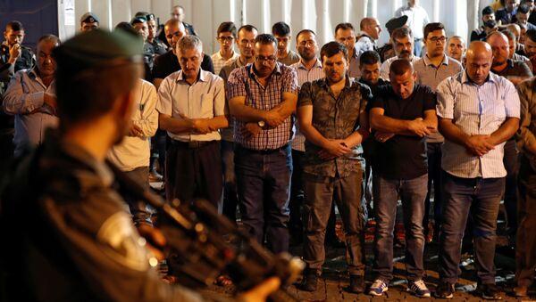 Израильские солдаты стоят перед палестинскими мусульманами, когда те совершают намаз за пределами Львиных ворот – главного входа мечети Аль-Акса в Старом городе Иерусалима - Sputnik Азербайджан