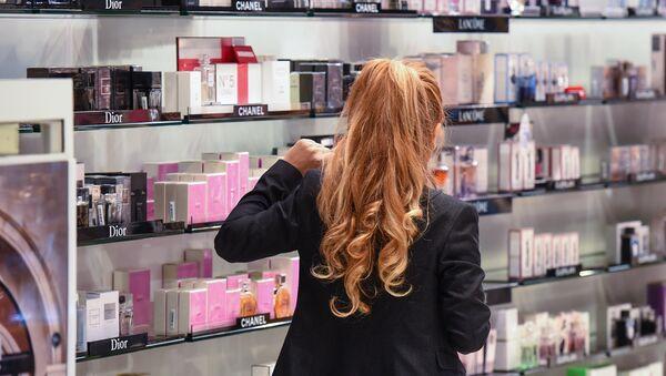Посетительница магазина косметики и парфюмерии, архивное фото - Sputnik Азербайджан