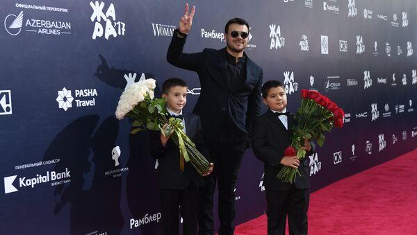 Певец, первый вице-президент группы компаний Crocus Group EMIN (Эмин Агаларов) с детьми на международном музыкальном фестивале ЖАРА в Баку - Sputnik Азербайджан