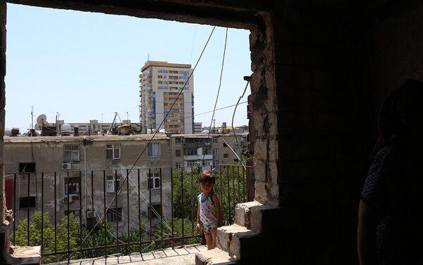 Общежитие в Наримановском районе Баку, где четвертого июля произошел пожар - Sputnik Азербайджан